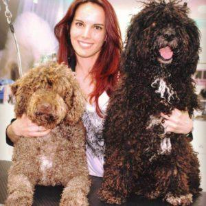 Cristina Ardisana especialista en Perros de Agua español PDAE posando con sus perros